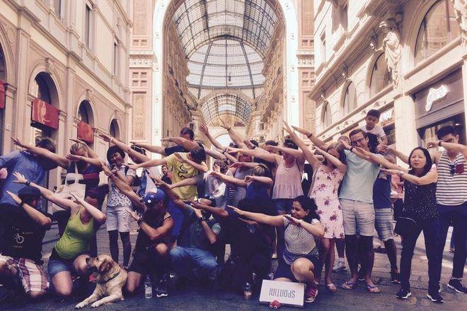 Foto de grupo de viajeros haciendo un DAB durante un free tour en Milán, Italia.