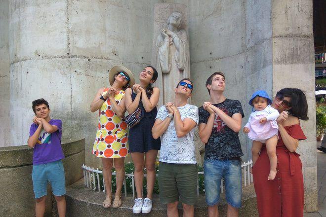 Viajeros tomando una foto divertida imitando una estatua.