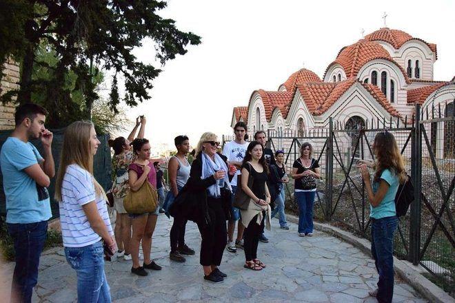 Guía de free tour en Atenas explicando algo a sus viajeros.