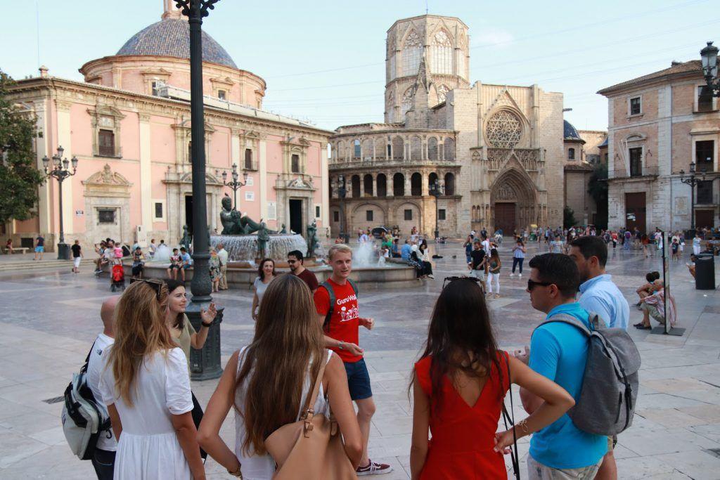 Un guía explicando en una plaza de Valencia durante un guruwalk