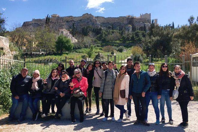 Guía de free tour con su grupo en Atenas, Grecia.