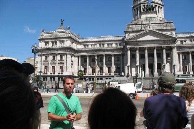 Guía de GuruWalk explicando algo a su grupo en un lugar famoso de Buenos Aires.
