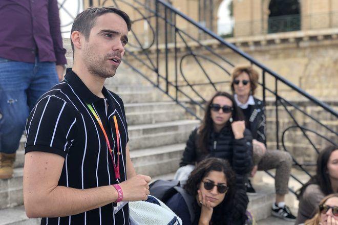 Guide of GuruWalk explaining something to travelers during a free walking tour in Malta.