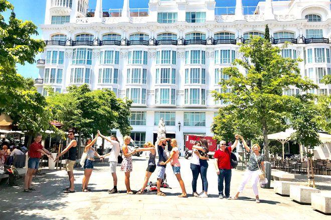 Viajeros escribiendo Madrid con sus cuerpos.