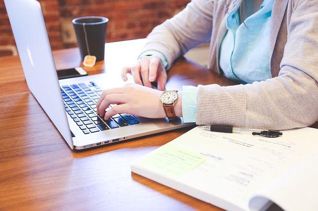 Persona redactando en un ordenador.