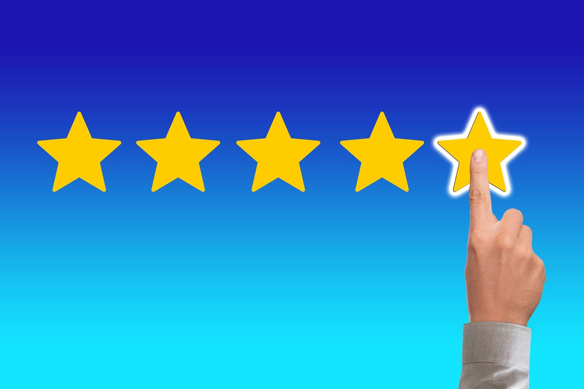 Un dedo poniendo una valorización de 5 estrellas.