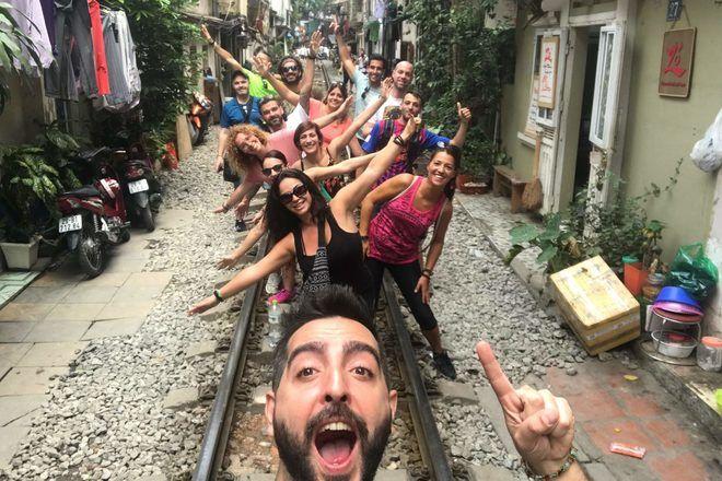 Guía de free tour haciendo un selfie con sus viajeros en Hanoi.