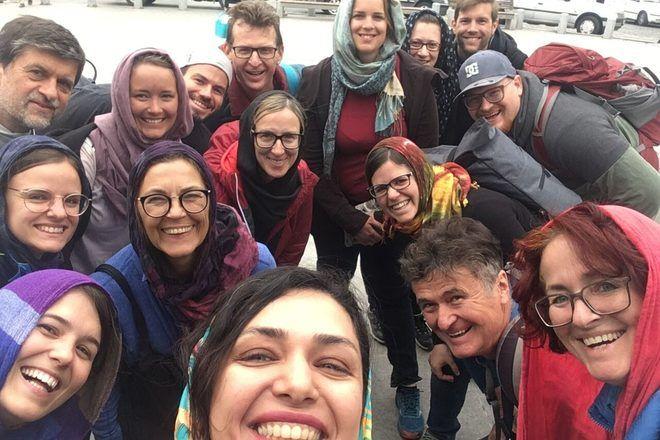 Guía de free tour haciendo un selfie con su grupo en Tehran, Irán.