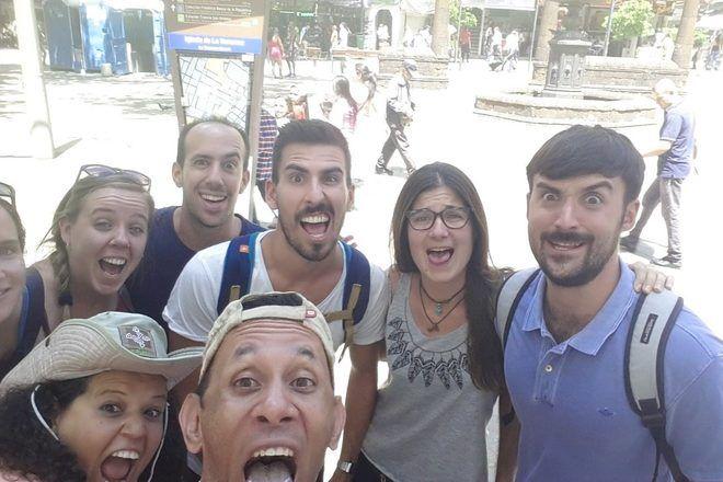Guías de free tour haciendo un selfie divertido con su grupo de viajeros en Medellín, Colombia.