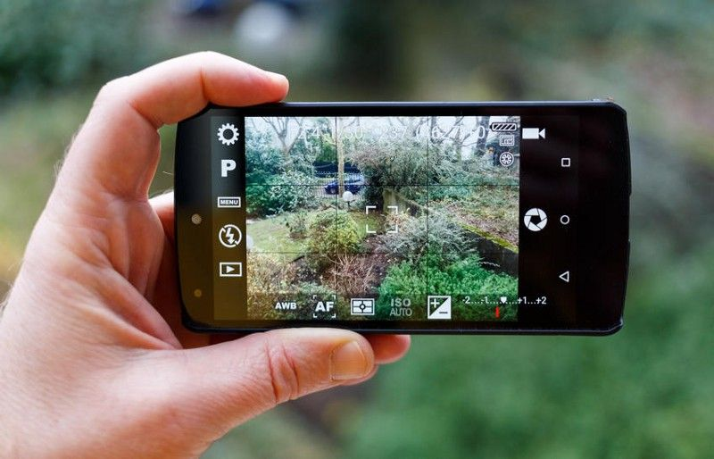 Persona que tomar una foto con su cámara del teléfono móvil
