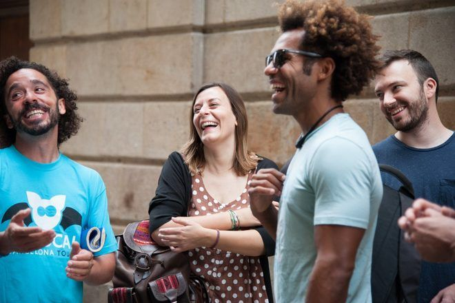 Travelers laughing on a free walking tour in Barcelona with GuruWalk.
