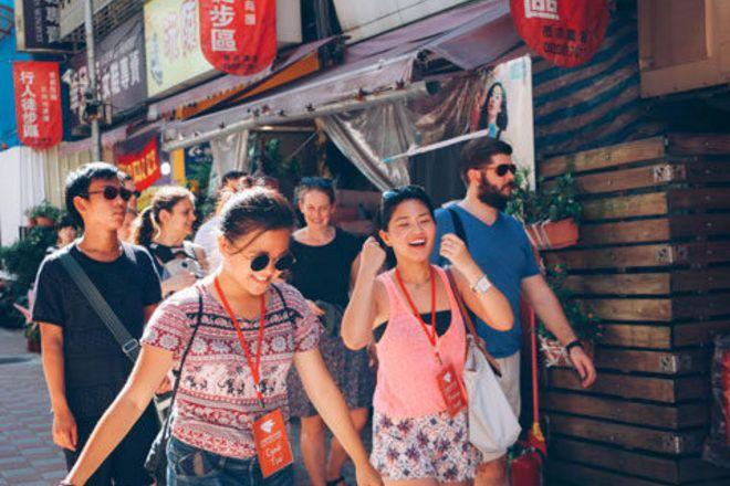 Viajeros caminando con sonrisa durante un guruwalk