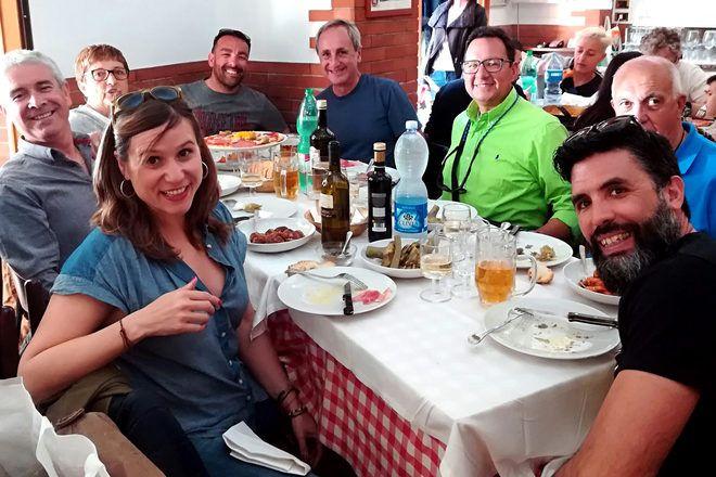 Viajeros comiendo en un restaurante de Roma con su guía de GuruWalk