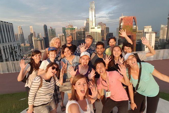 Guía de free tour tomando un selfie con su grupo de viajeros en Asia.