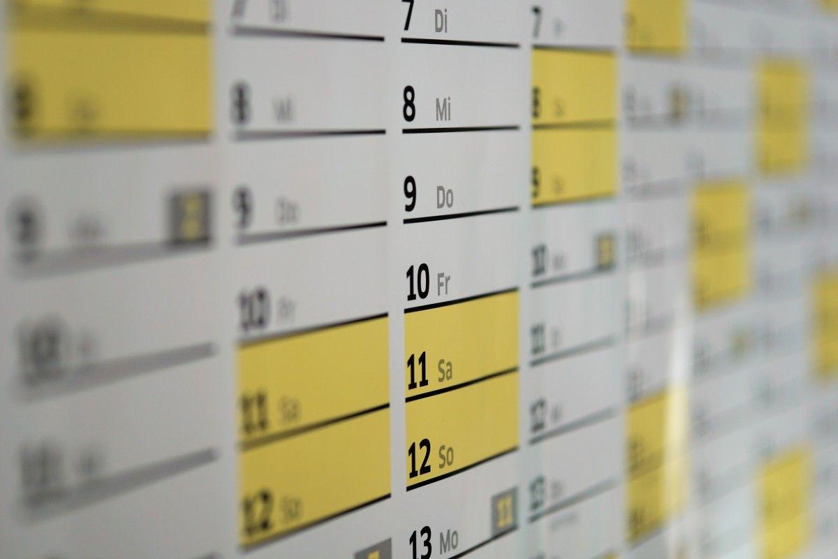 Calendario mural con fechas y horarios.
