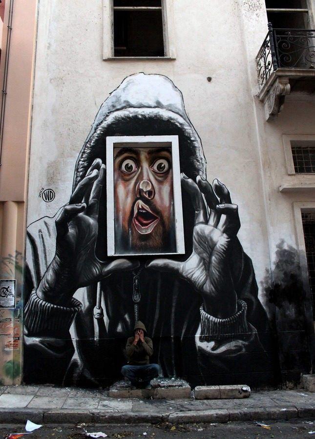 Fotografia de una obra de arte urbano en una calle.