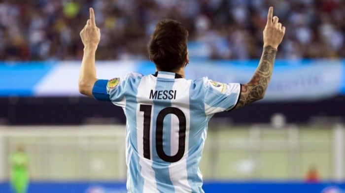 Picture of the back of Messi on the football field