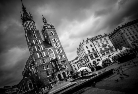 Picture in white and black of the main church of Krakow in GuruWalk.