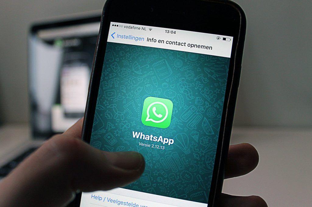Aplicación de WhatApp abierta en un teléfono móvil.