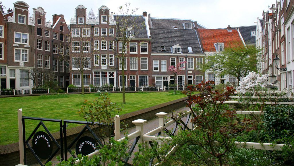 Visit the peaceful Begijnhof in Amsterdam