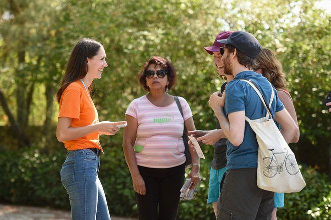 Guía de free tour de GuruWalk hablando con los viajeros al punto de encuentro.