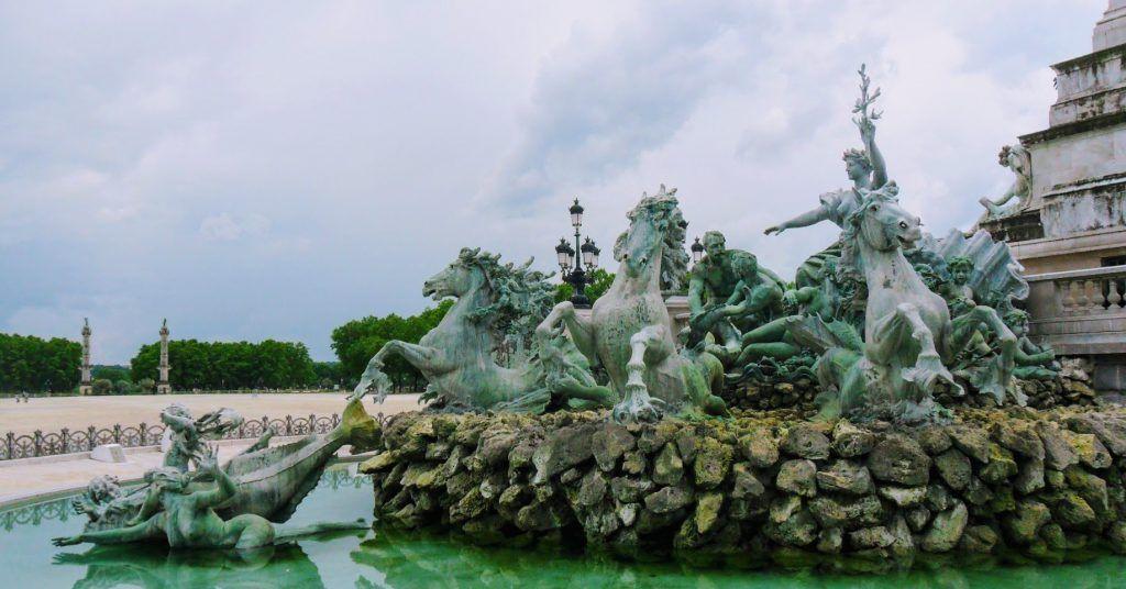 Un monumento rodeado por un estanco que simboliza la Revolución Francesa