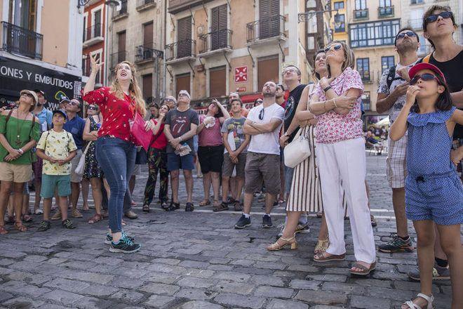 Un guía enseña algo a un grupo de viajeros durante un free tour con GuruWalk.
