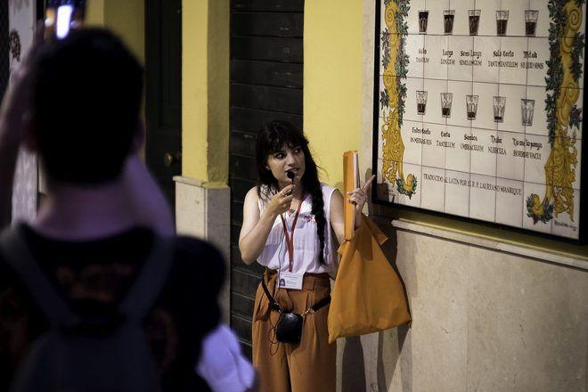 Guía de free tour de GuruWalk explicando algo a un grupo de turistas en Málaga.