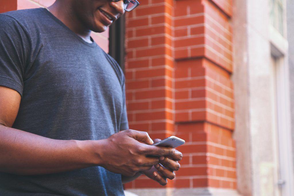 hombre usando un i-phone