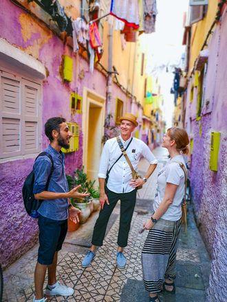 Un guía de GuruWalk explica algo a una pareja de viajeros durante un free tour en Casablanca.