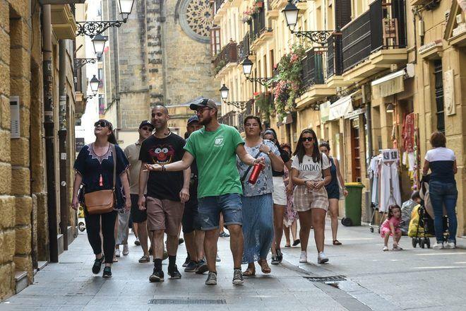 Guía de free tour en San Sebatián caminando en la ciudad con su grupo de viajeros con GuruWalk.