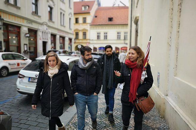 Una guía de free tour hablando con los viajeros entre 2 paradas.