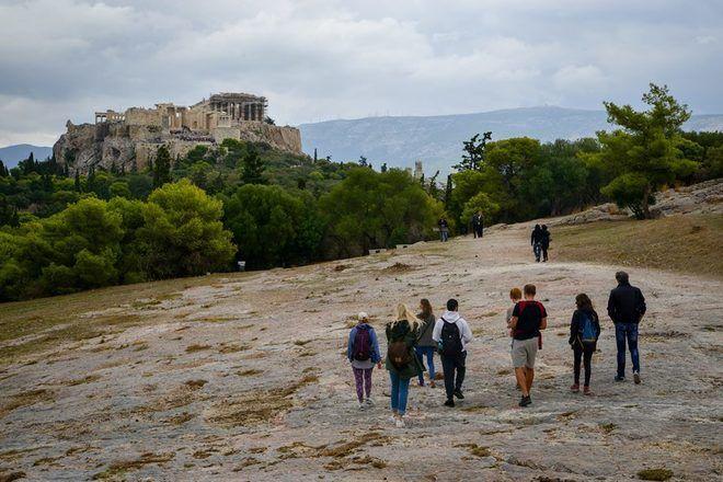 Vista espectacular del Acrópolis de Atenas con un grupo de viajeros en un free tour con GuruWalk.