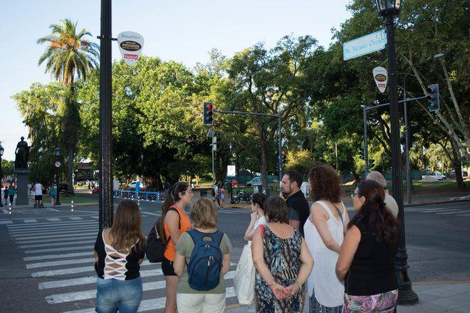 Guía de free tour con su grupo de viajeros esperando para cruzar la calle.