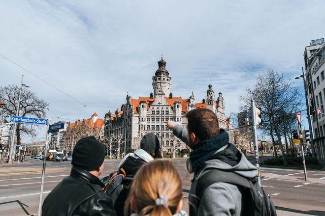 Guía enseñando algo a los viajeros durante un free tour con GuruWalk en Leipzig, Alemania.