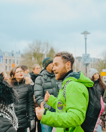 Tour guide of GuruWalk speaking to a group of travelers in Amsterdam.