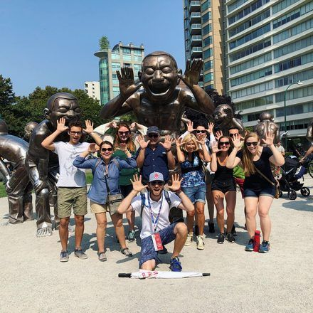 Foto de grupo divertida en un free tour con GuruWalk en Vancouver.