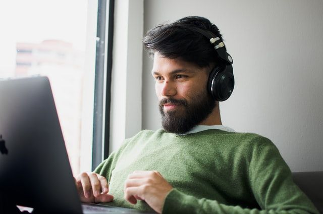 Hombre trabajando en un laptop con casco.