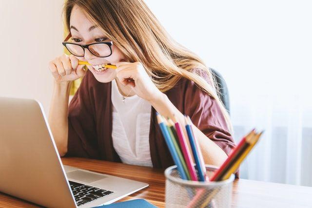 Mujer trabajando en un portátil o laptop.
